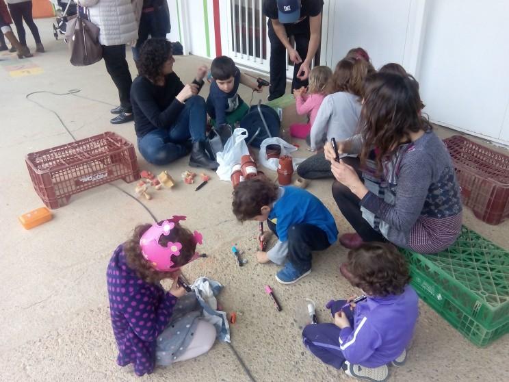 Pares, mares i nens participen elaborant material